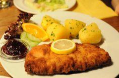 """周辺7ヶ国と国境を接しているオーストリアには周囲の国々の特色を残しながら、独自の味に発展した伝統料理がたくさんあります。仔牛肉を叩いて薄くしたものを焼いたウィーン風のカツレツ、""""ウィーナー・シュニッツェル""""や、ハンガリー発祥の肉や野菜、チーズなどをクレープ生地で包んだ""""パラチンケン""""などです。旅の醍醐味は現地のグルメだ!という方向けに、ここでは、オーストリアに来たら絶対に食べたいオーストリアの伝統料理を味わえるお店を6店、ご紹介します♪地元の人からも愛されているお店で、本場の味を味わいましょう!"""