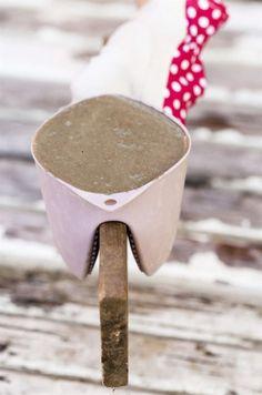 <strong>SÅ GÖR DU SERVETTSTÄLL</strong><br>Av en grytvante i silikon går det att gjuta ett snyggt servettställ. Bara att hälla i betong och hänga på en bräda. Bara att hälla i betong och hänga på en bräda. Den behöver inte oljas innan. Knacka på brädan så att luftbubblorna från betongen stiger till ytan.
