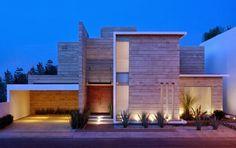 """JI Estudio de arquitectura ha diseñado la vivianda unifamilira moderna """"casa Navona"""" situada en Pachuca, México. La fachada de la casafue diseñada co"""