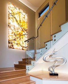 Marmol con tiras led en lugar de marcos escalera y lampara