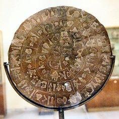 Disco de Festo (Lado B): El propósito de uso y su origen aún no han sido determinados, lo que ha convertido a este objeto en uno de los más famosos misterios de la arqueología. Actualmente se encuentra en el museo de Heraklion en Creta.