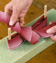 Festive bows - DIY bow makers What you need: bows add a . Festive bows – DIY bow makers What you need: bows add a … # Holiday Crafts, Fun Crafts, Diy And Crafts, Paper Crafts, Ribbon Crafts, Ribbon Bows, Ribbons, Burlap Bows, Organza Ribbon