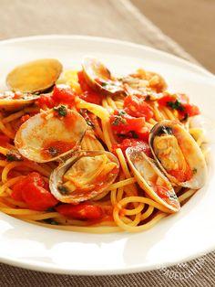 Spaghetti with clams and tomato - Gli Spaghetti alle vongole veraci in rosso: un gran classico della buona cucina che riempie di gusto e di allegria la vostra tavola. #spaghettivongole