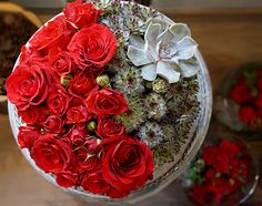 Round glass vase with red roses