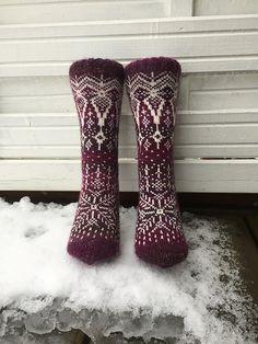 Ravelry: Vinterdrøm sokker pattern by Gro Andersen Crochet Quilt, Crochet Socks, Knitted Slippers, Knit Or Crochet, Knitting Socks, Hand Knitting, Knit Socks, Fair Isle Knitting Patterns, Knitting Designs