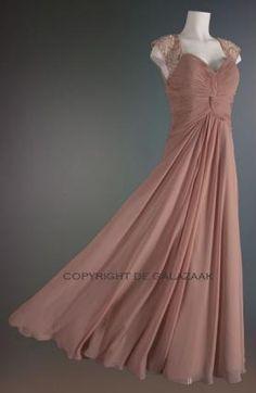Deze klassieke oudroze avondjurk bestaat uit een verfijnd gelaagd model, met een hoge taille wat zorgt voor meer lengte in de jurk. Prijs 247,50 www.degalazaak.nl