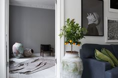 Green love in a Stockholm apartment via broker Eklund Stockholm New York Scandinavian Interior, Modern Interior, Interior Design, Wall Decor, Room Decor, Neutral Color Scheme, Nordic Home, Blog Deco, Black Walls