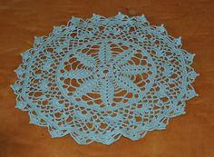 Här kommer beskrivning på min gröna duk =) Jag har virkat i 12/3 tunt garn. Lägg upp 10 lm och slut med 1 sm. Alla varv avslu... Chrochet, Knit Crochet, Crochet Doilies, Decorative Plates, Rugs, Knitting, Diy, Home Decor, Crocheting