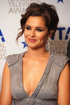 Cheryl Cole Loose Bun - Cheryl never hesitates to update her look with a fresh 'do. A loose updo completed her plunging neckline. Cheryl Cole Hair, Cheryl Ann Tweedy, Cheryl Fernandez Versini, Style Feminin, Loose Updo, Girls Aloud, Brunette Beauty, Hollywood Actresses, Most Beautiful Women