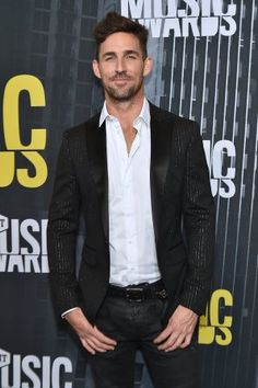 Jake Owen poses on the red carpet at the 2017 CMT Music Awards on June 2017 (Mike Coppola/Getty Images). Country Singers, Country Music, Country Artists, Music Awards 2017, Hot Country Boys, Imaginary Boyfriend, Best Dressed Man, Jake Owen, Thomas Rhett