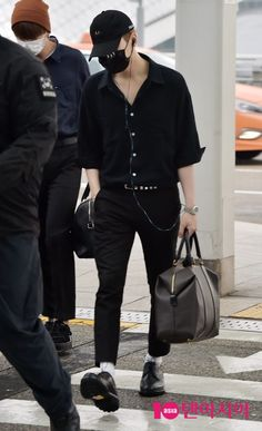 A compilation of some of the best of BTS Suga's Black Airport Fashion Looks, complete with TIPS on how to spice up your black outfits! Korean Airport Fashion, Korean Fashion Kpop, Kpop Fashion Outfits, Korean Outfits, Asian Fashion, Fashion Pants, Curvy Fashion, Black Korean, Korean Men