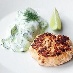 Burgery z łososia z kaszą jaglaną | Kwestia Smaku Yummy Food, Tasty, Salmon Burgers, I Foods, Meal Prep, Blog, Lunch Box, Meals, Dinners