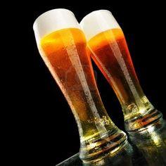 Dos vasos de cerveza con espuma sobre fondo negro Foto de archivo - 5172633