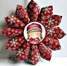 Pusztán dekorációs papírból, de akár szép mintázatú szalvétából is egyszerűen készíthető téli, vagy karácsonyi ajtódísz. A ragasztón kívül ...