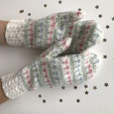 """Av Linda Fridholm, Frillesås Mitt vantmönster heter """"Längtan till våren"""" och kom till efter en önskan om """"vårvantar"""". Vantarna är stickade i ljusa pasteller på vintervit botten och med små blommor … Mittens Pattern, Knit Mittens, Mitten Gloves, Bra Hacks, Wrist Warmers, Drops Design, Knitting Projects, Knitting Ideas, Fingerless Gloves"""