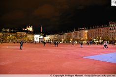 Place Bellecour de Lyon (Rhône-Alpes), au centre duquel se trouve une statue équestre de Louis XIV et dominée par la Basilique Notre-Dame de Fourvière