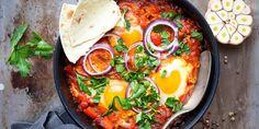 Shakshuka er en skikkelig digg og spicy vegetarrett fra Midtøsten. Oppskrift på shakshuka med posjerte egg og spicy tomatsaus.