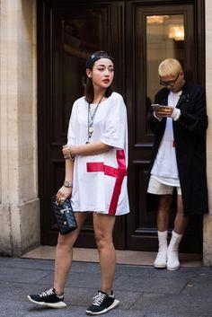 Womenswear Street Style by Ángel Robles. Fashion Photography from Paris Fashion Week. Woman before Yohji Yamamoto, on the street, Paris.