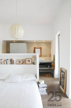 Find images and videos about bedroom, interior design and small spaces on We Heart It - the app to get lost in what you love. Bedroom Loft, Dream Bedroom, Home Bedroom, Master Bedroom, Bedroom Decor, Bedroom Ideas, Bed In Middle Of Room, Deco Retro, Suites