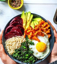 Buddha Bowl aux betteraves, avocat, riz, patates douces et oeuf au plat
