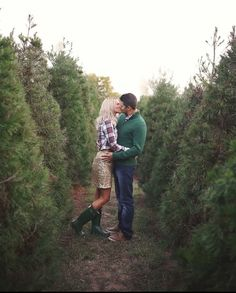 Love the outfit coordination. Christmas Engagement Photos, Farm Engagement Photos, Christmas Pictures Outfits, Family Christmas Pictures, Winter Couple Pictures, Winter Family Photos, Farm Pictures, Xmas Pictures, Christmas Tree Lots