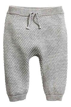 Pantaloni in maglia riso: ESCLUSIVA BABY/CONSCIOUS. Pantaloni in maglia a punto riso di morbido cotone biologico. Elastico e laccetto decorativo da annodare in vita. Bordo a costine a fondo gamba.