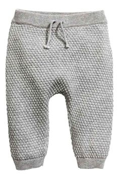 Moss-stitch knitted trousers: BABY EXCLUSIVE/CONSCIOUS. Moss-stitch trousers knitted in soft, organic cotton with elastication and a decorative tie at the waist and ribbed hems.