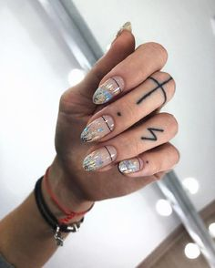 Semi-permanent varnish, false nails, patches: which manicure to choose? - My Nails Gradient Nails, Gold Nails, Matte Nails, Acrylic Nails, Coffin Nails, Holographic Nails Acrylic, Gold Gradient, Ombre Nail, Black Nails