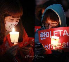 서울광장에서 열린 한미FTA 국회 비준 날치기 처리 규탄 촛불집회 참석자들이 스마트폰을 이용해서 트위터, 패이스북 등 소셜네트워크(SNS)로 집회 소식을 알리고 있다.