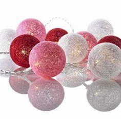 Køb LYSKÆDE TWIX 10 KUGLER RØD - MARKSLÖJD online hos BAUHAUS. Vi har altid den rigtige pris.  Lyskæde Twix 10 kugler, rød- Markslöjd Fin lyskæde fra Markslöjd med forskelligfarvede bolde som overdækning af lysene. På kæden sidder der 10