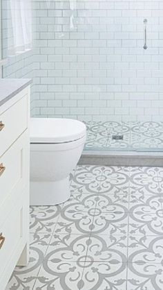 Like the idea if the same tiles in shower & floor;- Wie die Idee, wenn die gleichen Fliesen in Dusche & Boden; auch die niedrige Bar… Like the idea if the same tiles in shower & floor; also the low barrier and … - Upstairs Bathrooms, Basement Bathroom, Bathroom Flooring, Patterned Tile Bathroom Floor, Master Bathroom, Taupe Bathroom, Tile Floor, Remodled Bathrooms, Lavender Bathroom