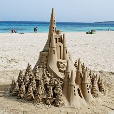 Sand Castle in Santa Cruz, CA << Wow, who made this awesome piece of art? (It's listed as in Santa Cruz, but we don't recognize the beach. Snow Sculptures, Art Sculpture, Art Plage, Summer Paradise, Snow Art, I Love The Beach, Am Meer, Jolie Photo, Beach Art