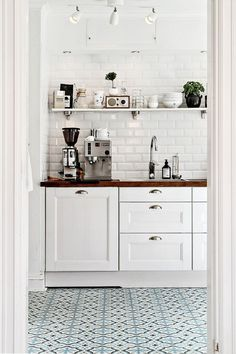 4 Reliable Clever Ideas: Minimalist Home White Interiors minimalist decor scandinavian christmas trees.Minimalist Home Declutter Articles minimalist decor bedroom minimalism.Minimalist Home Apartments Minimalism. Kitchen Tiles, Kitchen Flooring, New Kitchen, Kitchen White, Kitchen Shelves, Kitchen Small, Kitchen With Tile Floor, Kitchen Sink, Farmhouse Flooring