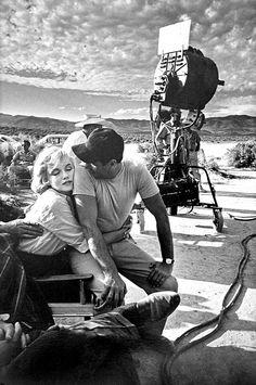 Marilyn Monroe com Eli Wallach no set de filmagens de Os Desajustados (The Misfits), 1960. Photo de Eve Arnold.