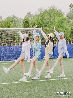 Korean Fashion Similar Look Pin by Aki Warinda Korean Fashion Trends, Asian Fashion, Fashion Top, Ulzzang Fashion, Ulzzang Girl, Yoon Ara, Friend Poses Photography, Korean Girl, Asian Girl