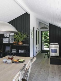 Stemningsfuld lejebolig med et køkken, du ikke ser magen til andre steder Scandinavian Cottage, Modern Scandinavian Interior, Modern Cottage, Summer House Interiors, Cabin Interiors, White Cabin, Cosy Home, House Inside, Cabin Design