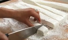 Thus, a regular marshmallow has 4 grams of added sugar, and let's admit it, almost no one eats a single one and leaves the scene! How To Make Marshmallows, Healthier You, Feta, Sweet Tooth, Sweets, Canning, Healthy, Brownies, Desserts