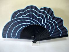 Lineal en azul-2 Hand Held Fan, Hand Fans, Embroidered Quilts, Electric Fan, Umbrellas Parasols, Pretty Hands, Fantasy Weapons, Vintage Items, Vintage Fans