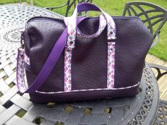 Sac weekend Boston en simili autruche violet et coton coloré cousu par Catherine - Patron Sacôtin