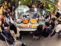https://flic.kr/p/AjheYN | Esta la comida! | Gente esperando bajo la lluvia por su comida en un puesto de un mercado callejero en Seúl, Corea del Sur.  ----------------------------------------  People waiting for their food, under the rain, in a street food stand at a street market, Seoul, South Korea.  ================================================= follow me: Flickr | Google+ | Twitter | 500px | Facebook =================================================  Contract me through…