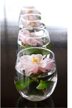 お揃いのグラスが手元にある場合は、同じお花を一輪ずつ飾るのも素敵です。あえて茎や葉を残して水をたっぷり注ぐと、清涼感が増しますね。
