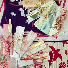 箸袋も作りましたこれもお正月用下に敷いてるのは布製のご祝儀袋を広げたもの✨手ぬぐいになってたり、ふくさとして使えたり、これも素敵 #ご祝儀袋 #ご祝儀袋リメイク #箸袋 #手ぬぐい #ふくさ
