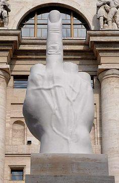 "Maurizio Cattelan, 2010 Piazza Affari, Milan MAURIZIO CATTELAN ""AMOR"" 2010 mármore branco de Carrara, travertino romano / Marbre blanc de Carrare, travertin romain 36,1 x 15,5 x 15,5 pés / 1100 x 470 x 470 cm Único"