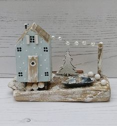 Small Wooden House, Wooden Cottage, Wooden Houses, Driftwood Projects, Reclaimed Wood Projects, Driftwood Art, Beach Crafts, Fun Crafts, Christmas Projects