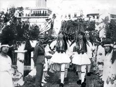 İzmir'de Saat Kulesi önünde İşgalci Evzonların (Yunan Askeri) tören yürüyüşü. (1919)