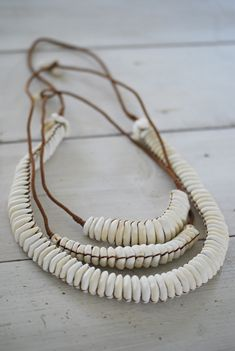 I was just wondering what to do with the vintage puka shell necklaces I have. Seashell Jewelry, Seashell Crafts, Beach Jewelry, Wire Jewelry, Boho Jewelry, Jewelry Crafts, Jewlery, Diy Fabric Jewellery, Textile Jewelry
