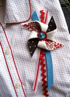 Liberty Pinwheel Brooch Use prints and solid wedding color to make a corsage for the bride to be Festive Crafts, Patriotic Crafts, July Crafts, Sewing Projects, Craft Projects, Craft Ideas, Yankee Doodle Dandy, Crafts For Seniors, Senior Crafts