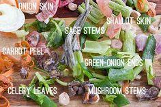 Use as sobras da cozinha para fazer um caldo de vegetais caseiro. | 34 maneiras de desperdiçar menos comida