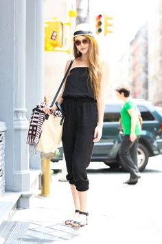 Street Style 2020 - Stylish Concert, Festival, and Fashion Week Street Looks New York Street Style, Street Style Women, Cool Street Fashion, Street Chic, Daily Fashion, Everyday Fashion, Fashion Gallery, Jumpers For Women, Passion For Fashion