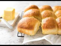 Soft no knead dinner rolls on a rack, fresh out of the oven, ready to be eaten. Fluffy Dinner Rolls, Homemade Dinner Rolls, Dinner Rolls Recipe, Yeast Rolls, Bread Rolls, Pate A Muffins, Quick Recipe Videos, Bread Recipes, Cooking Recipes